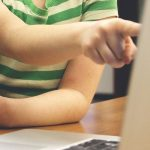 El cierre de los colegios por el coronavirus aumentará en un 50% el tiempo de los menores frente a las pantallas